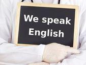 医生显示的信息: 我们讲英语 — 图库照片