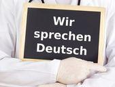 Arts toont informatie: we spreken Duits — Stockfoto