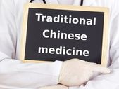 Doctor shows information: traditional chinese medicine — Stockfoto