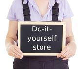 Craftsperson with blackboard: do-it-yourself store — Stock Photo