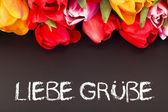 букет тюльпанов с blackboard: приветом — Стоковое фото