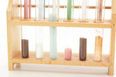 Några fyllda provrör i ett läkemedelslaboratorium — Stockfoto