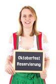 Sarışın kadın gösterir yazı tahtası: oktoberfest rezervasyon — Stok fotoğraf