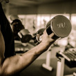 Fitness - powerful muscular man lifting weights — Stockfoto