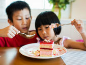 Strawberry mouse with kids — Stock Photo