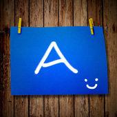 Nota carta e vestiti peg su fondo in legno con alfabeto — Foto Stock