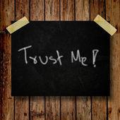 Geloof me op bericht opmerking met houten achtergrond — Stockfoto
