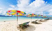 Strandstol och färgglada parasoll på stranden i solig dag, phuket thailand — Stockfoto