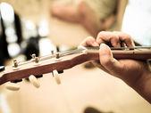 člověk hraje akustická kytara detail — Stock fotografie