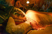 Reclining Buddha in a cave Khao Luang, Petchaburi Province, Thai — Stock Photo