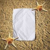 Puste zmięty papier na białej, piaszczystej plaży z starfish.vacation — Zdjęcie stockowe