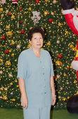 Старший женщина с свет Рождества — Стоковое фото
