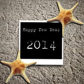 Happy New Year 2014 on Star fish and card on sands — Stock Photo