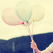 Business woman holding balloons outdoor, process in vintage styl — Stock fotografie