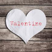 木製の壁と赤いハート バレンタイン単語 — ストック写真