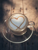 Heart shape on creamy coffee with natural light. — Foto Stock