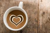 杯木制背景与大自然光爱咖啡. — 图库照片