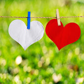 Red and white heart shape on note paper attach to rope with clot — Foto Stock