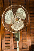 Dirty Vintage fan against wooden wall — Stockfoto