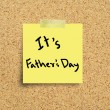 Sticky note with Happy Fathers Day on a cork bulletin board. — Stock Photo #46813917