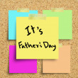 Sticky note with Happy Fathers Day on a cork bulletin board. — Stock Photo