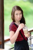 Hermosa mujer asiática bebiendo café. — Foto de Stock