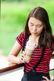 Mooie aziatische vrouw koffie drinken. — Stockfoto