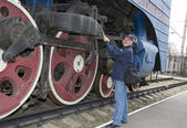 The machinist repairs a steam locomotive — Stock Photo