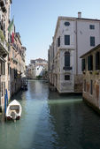 View of the streets of Venice with gondolas. Italy — Stockfoto