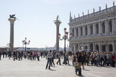 Tourists walk on the Piazza San Marco — Stock Photo