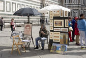 Street artist expects walking around tourists — Stockfoto