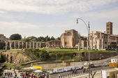 Tourists visiting the Roman Forum — Stock Photo