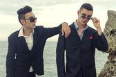 Deux jeune homme d'affaires posant la mode à la plage et profiter de leurs vacances — Photo