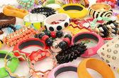 Närbild på många och diversed färgglada armband, beeing fashionabla med olika smycken — Φωτογραφία Αρχείου
