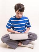 Dospívající pomocí počítače — Stock fotografie