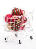 Carrito de compras de navidad lleno de adornos — Foto de Stock