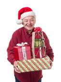 Senior glücklich tragen Weihnachtsgeschenke — Stockfoto