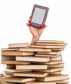 Main tenant un livre électronique — Photo