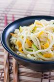 Chinese noedels gebakken met groenten — Stockfoto