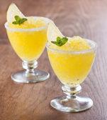 """Zitrone """"slushie"""" cups verziert mit minze — Stockfoto"""
