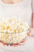Dziewczynka gospodarstwa szkła miskę z popcornem — Zdjęcie stockowe