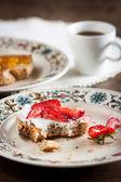 Tostada de mantequilla fresa mordido en un plato hermoso — Foto de Stock