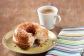 Croissant y dona la mezcla en un plato — Foto de Stock