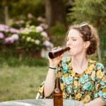 mooie jonge vrouw drinken bier — Stockfoto