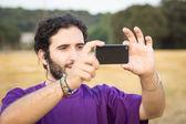Tomar una foto mientras trekking — Foto de Stock