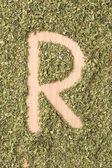 буква r, написанные с орегано — Стоковое фото
