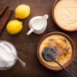 Making creme brulee traditionally — Stock Photo
