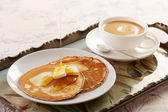 Pfannkuchen mit butter und karamellsauce — Stockfoto