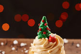 Xmas tree cupcake on Christmas background — Photo
