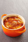 Creme brulee in a cocotte — Zdjęcie stockowe